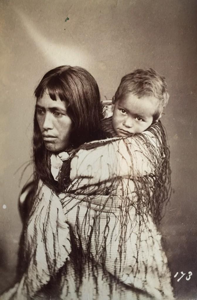 Maoris - Tirage albuminé monté sur carton vers 1900 Elodie Sanson experte en art tribal