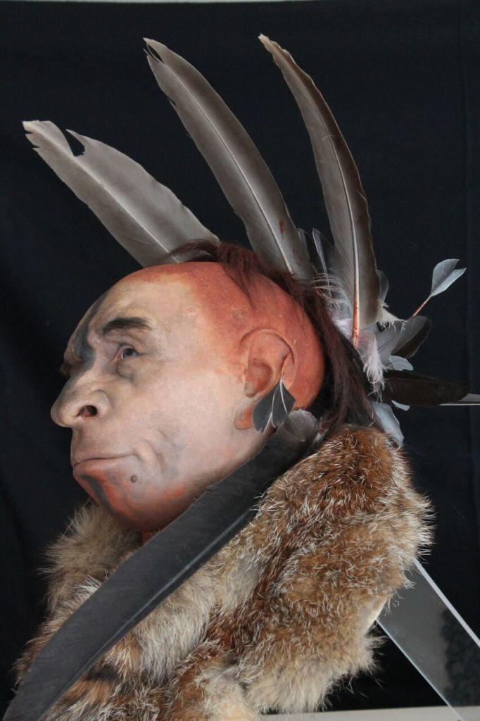 Neandertal emplumado, sculpture de Fabio Fogliazza