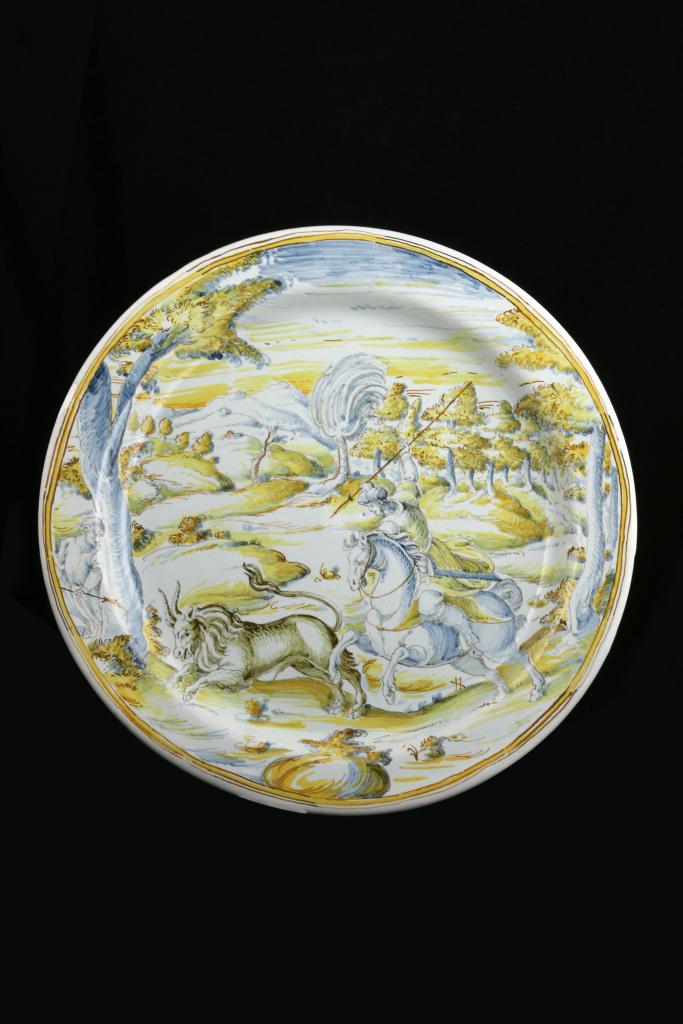 Plat Faenza probablement de Stefano Accarsi vers 1585. Christian Béalu expert en meubles et objets d'art des XVIIe et XVIIIe siècle porcelaines et faïences anciennes
