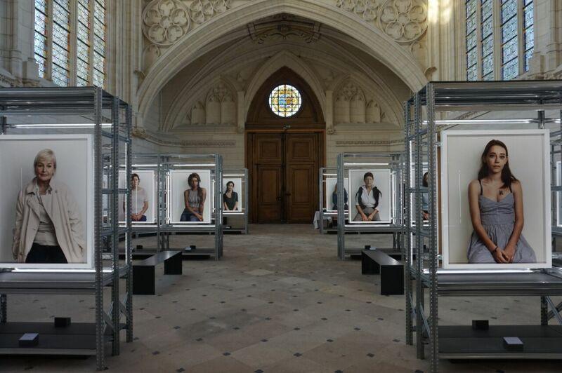 Vue de l'exposition Détenues de Bettina Rheims au Chateau de Vincennes