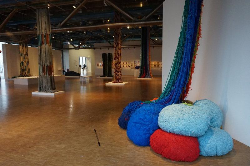 Vue de l'exposition Sheila Hicks, Lignes de vie - Centre Pompidou