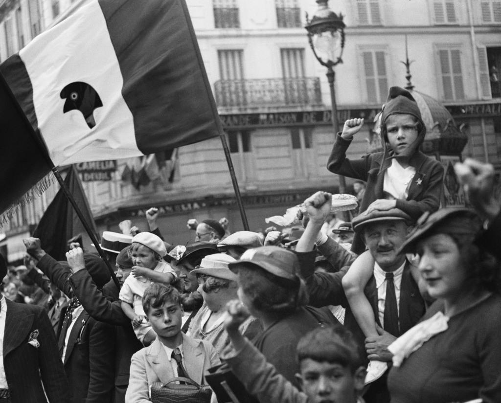 WILLY RONIS, Pendant le défilé de la victoire du Front populaire, rue Saint-Antoine, Paris, 14 juillet 1936