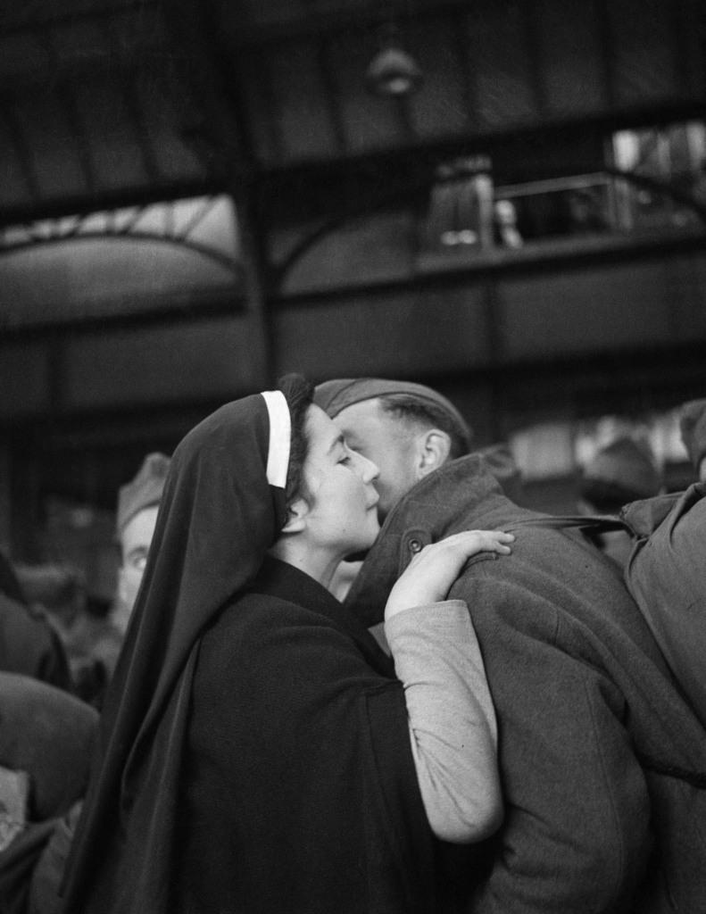 WILLY RONIS, Le retour des prisonniers, Gare de l'Est, Paris, 1945