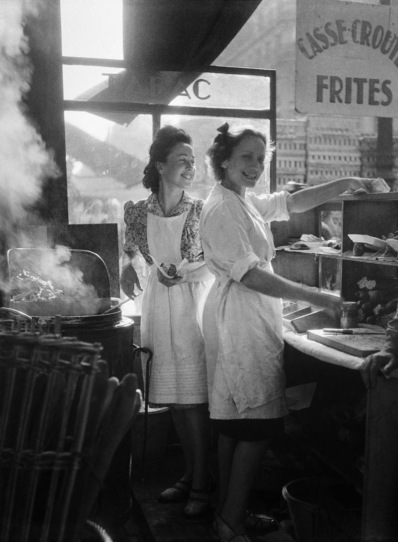 WILLY RONIS, Marchandes de frites, rue Rambuteau, Paris, 1946