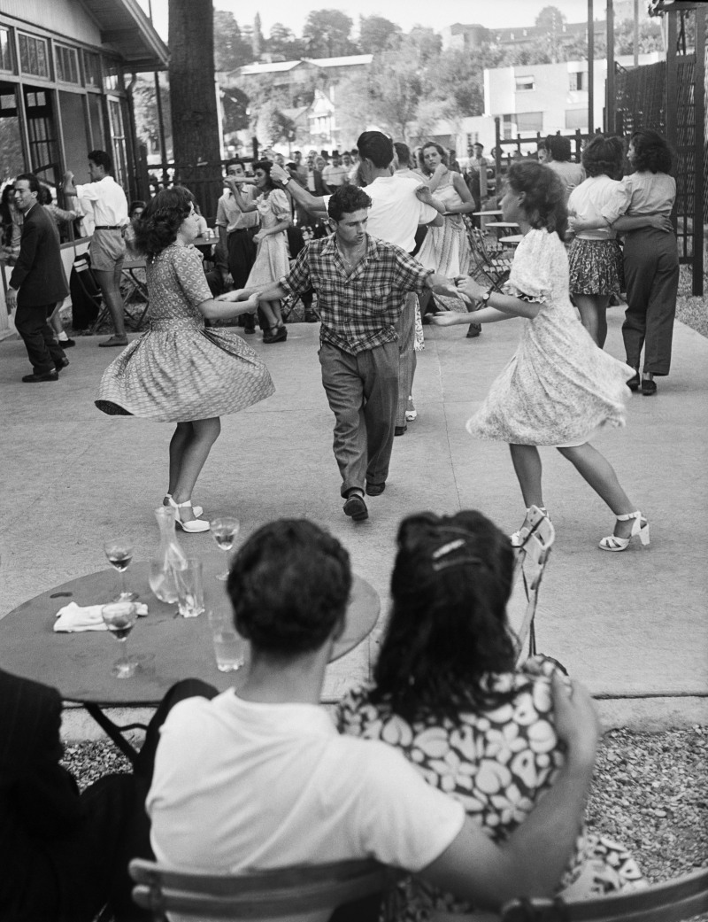 WILLY RONIS, Un bal en plein air, chez Max, Joinville-le-Pont, 1947