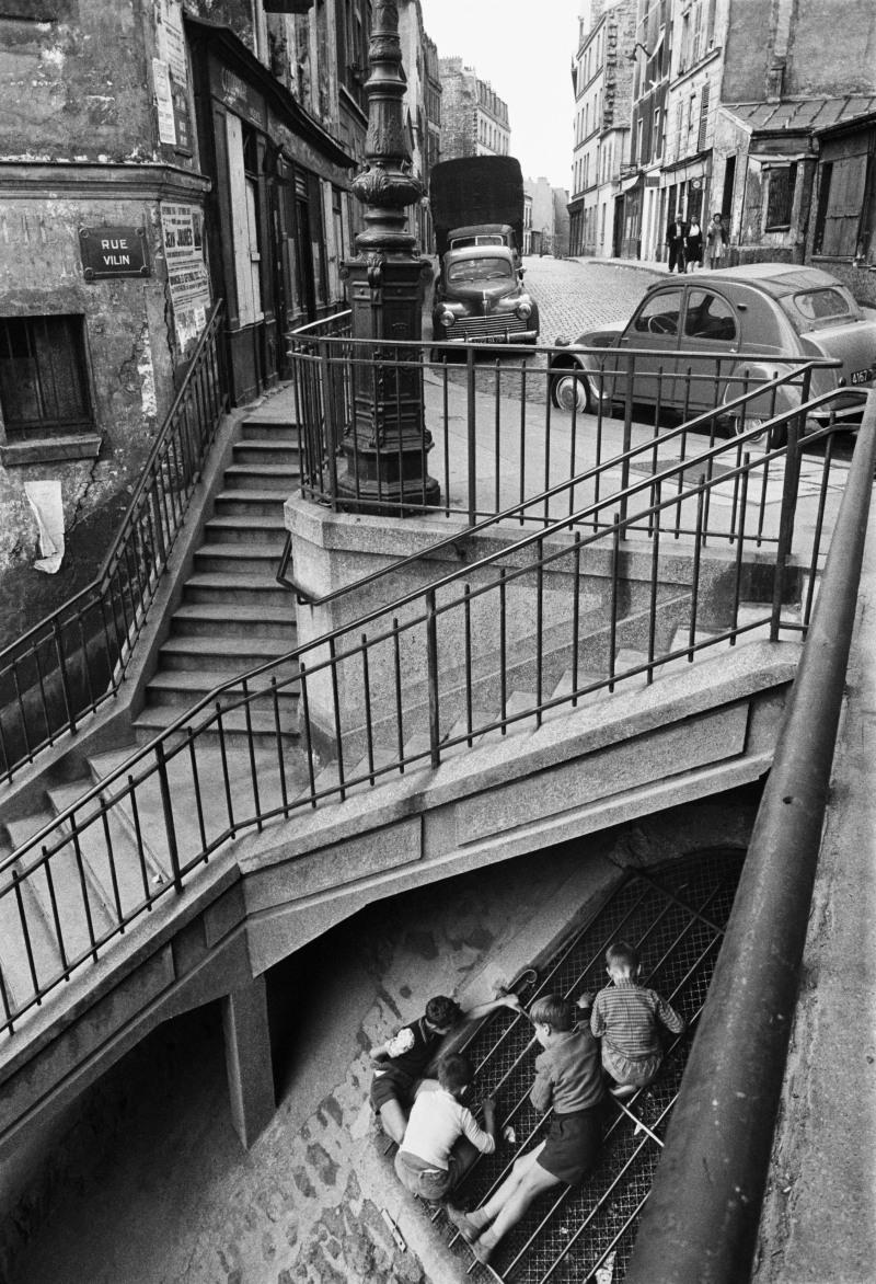 WILLY RONIS, Gamins de Belleville, sous l'escalier de la rue Vilin, Paris, 1959