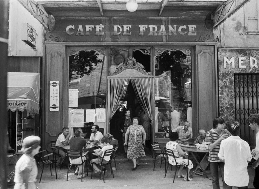 WILLY RONIS, Le Café de France, L'isle-sur-la-Sorgue, 1979