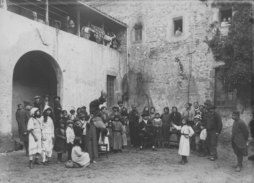 Auteur inconnu (photographe de l'armée), Camp de concentration des Nomades de Crest (Drôme), Nomades au concert, janvier 1916, tirage, 13X18 cm