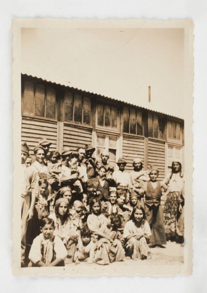 Auteur inconnu, Un groupe de Nomades détenus au camp de Linas-Montlhéry, entre novembre 1940 et avril 1942, tirage d'époque 9x6 cm