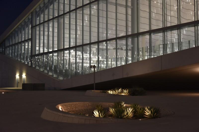 Vue de l'extérieur de la Bibliothèque nationale de Doha de nuit
