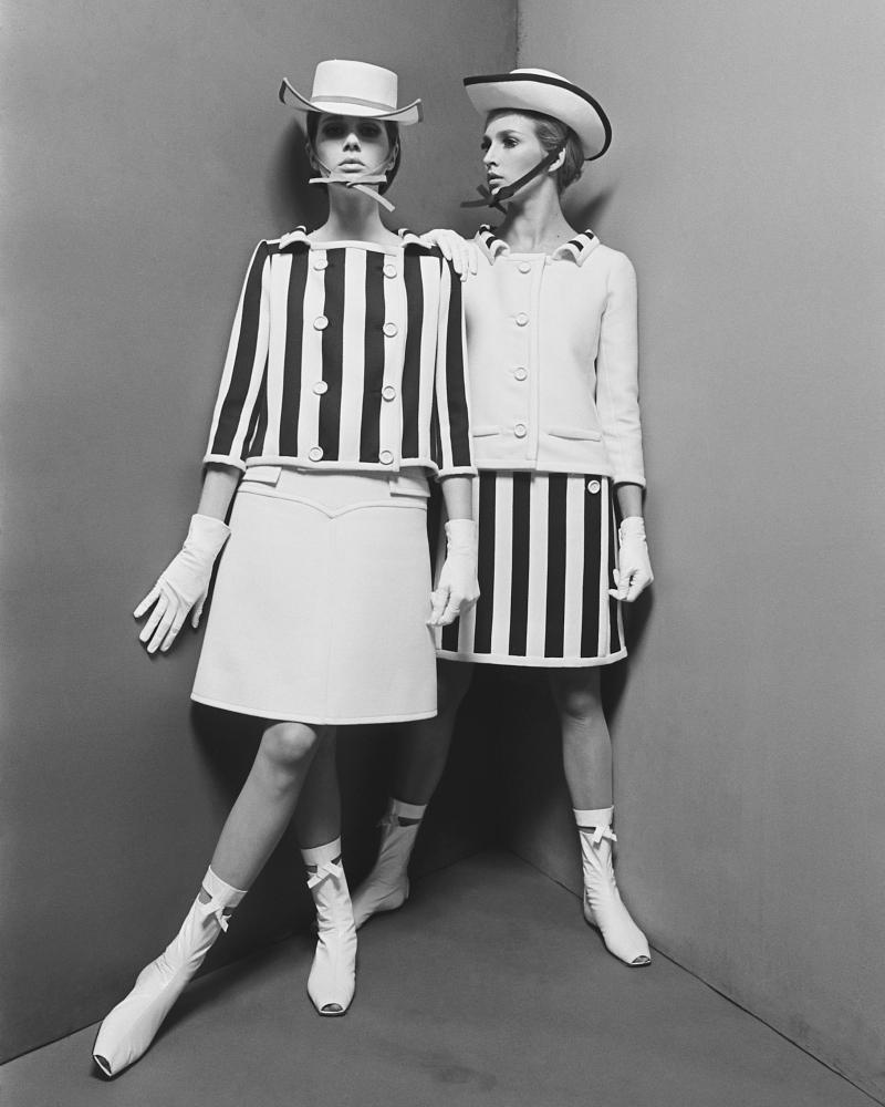 J'aime cette photo prise en1965, rien ne vient distraire l'attention des vtements dont le graphisme, l'impact visuel sont si forts, qu'ils semblent dessinŽs spŽcialement pour une photo.