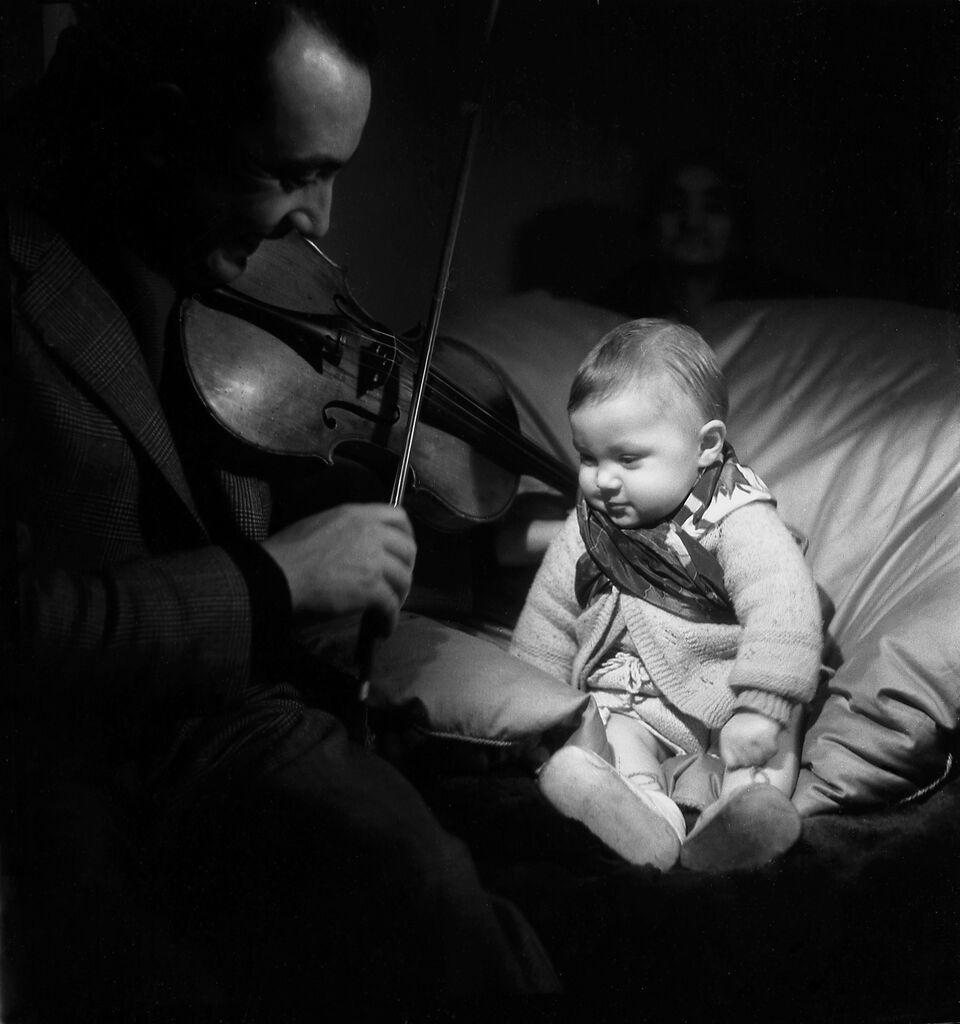 Emile Savitry, Django Reinhardt et son fils Babik à l'âge de huit mois,Paris, 1945, film négatif, 6x6cm