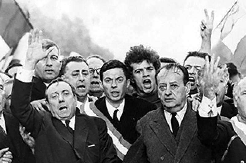 Le 30 mai 1968 ‡ 20 heures, la manifestation gaulliste des Champs-ElysÈes arrive ‡ l'Arc de Triomphe devant le monument au Soldat inconnu. A la tÍte de la foule immense, Michel DEBRE et AndrÈ MALRAUX, main dans la main, vont entonner