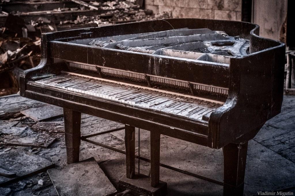 Un piano abandonné dans la salle de concert, Chernobyl Exclusion Zone