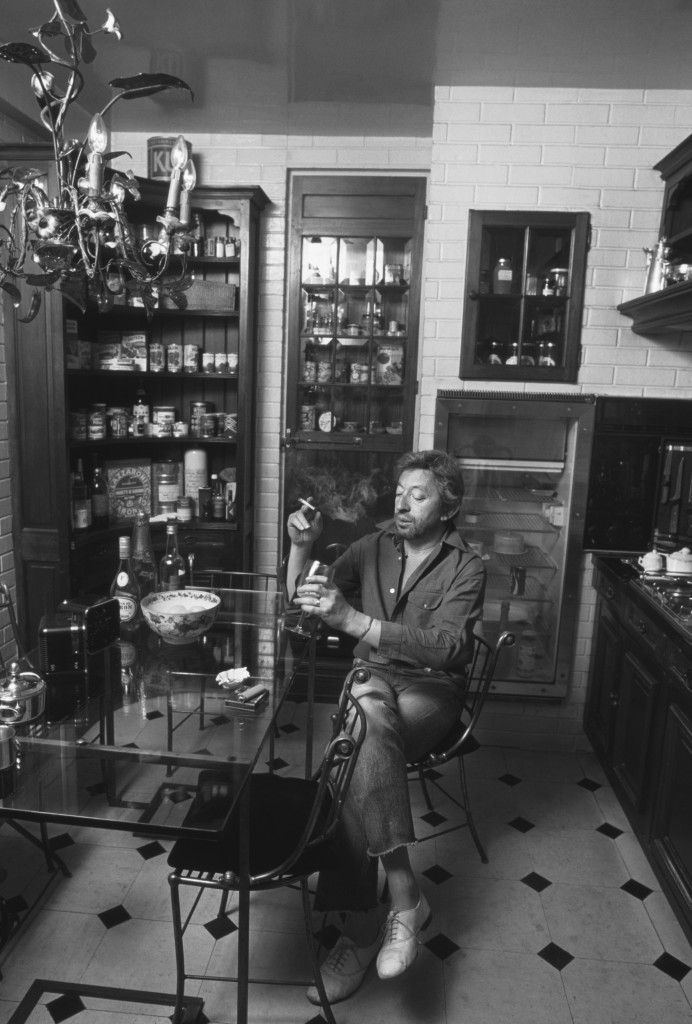 Serge Gainsbourg à la table de sa cuisine, 1982, Tony Frank