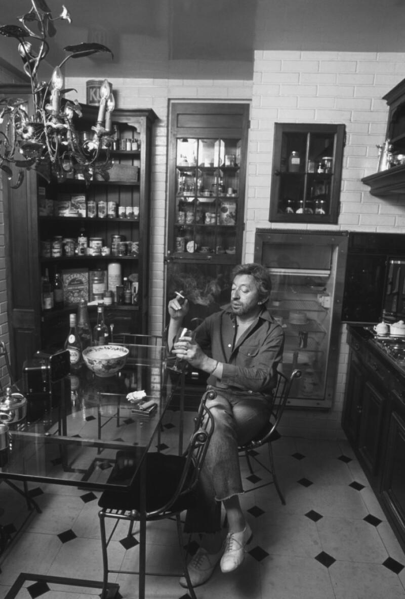 Serge Gainsbourg à la table de sa cuisine, 1982, Tony Frank