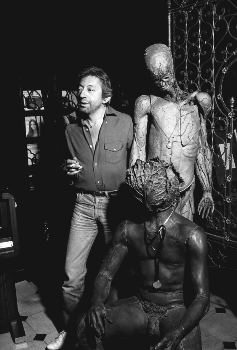 Serge Gainsbourg chez lui a cote de l'homme a la tete de chou de Claude Lalanne le 15 Avril 1982.