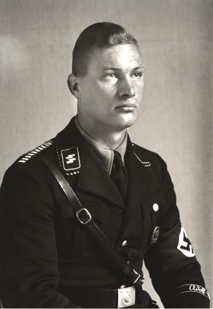 August Sander, National-socialiste membre de la SS-Leibstandarte Adolf Hitler — Les Catégories socio-professionnelles, le National-socialiste, 1940 © Die Photographisch