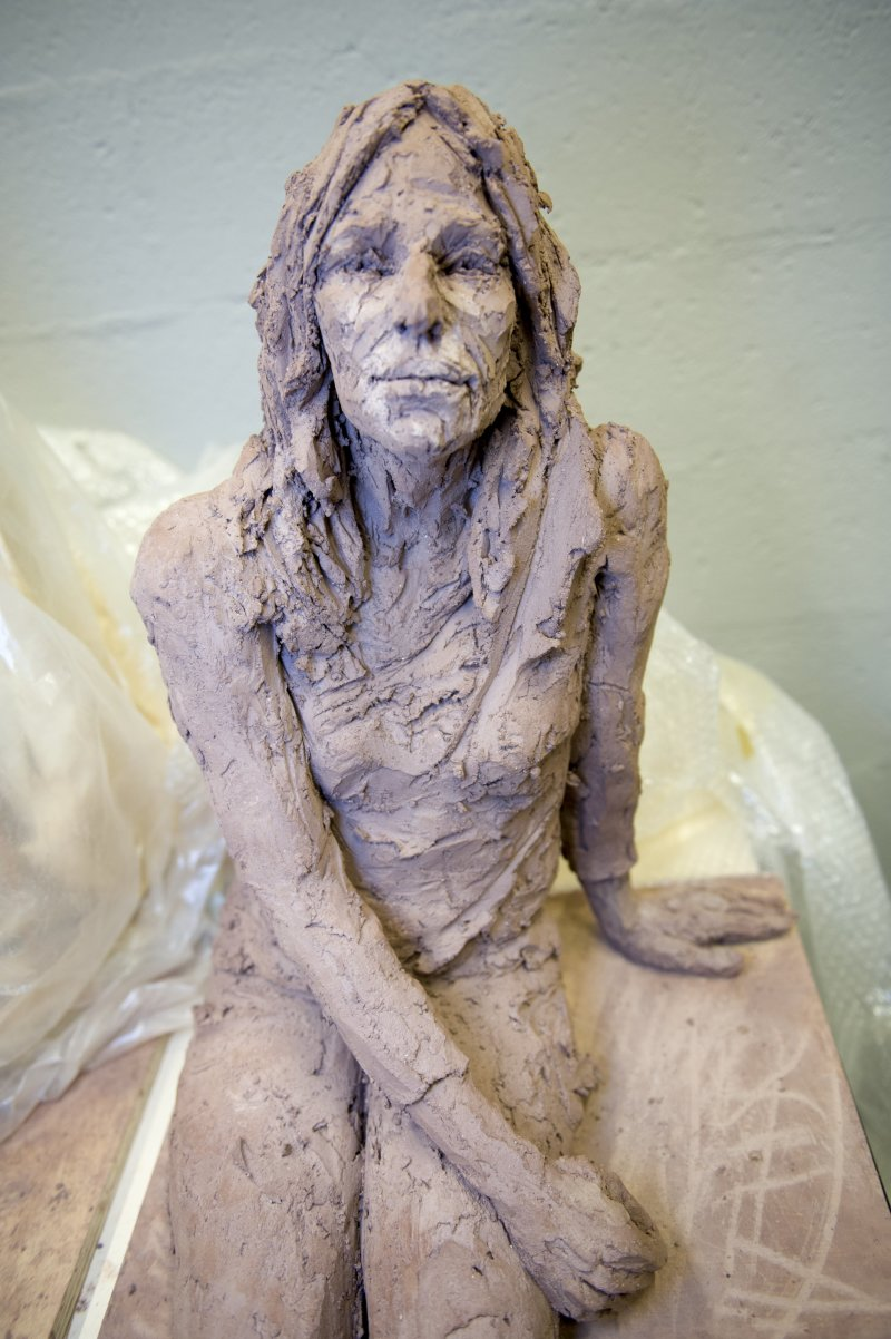 Sculptrice aux rŽserves - Suivre la sculptrice, CŽcile Raynal, aux rŽserves avec diffŽrents modŽles.