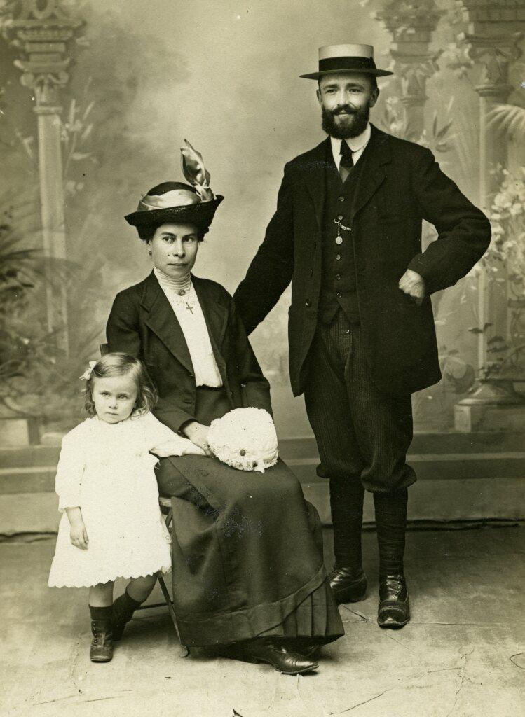 Louis et Marielle Boisquillon avec leur fille Yvonne, ca. 1912-1913, carte postale photographique