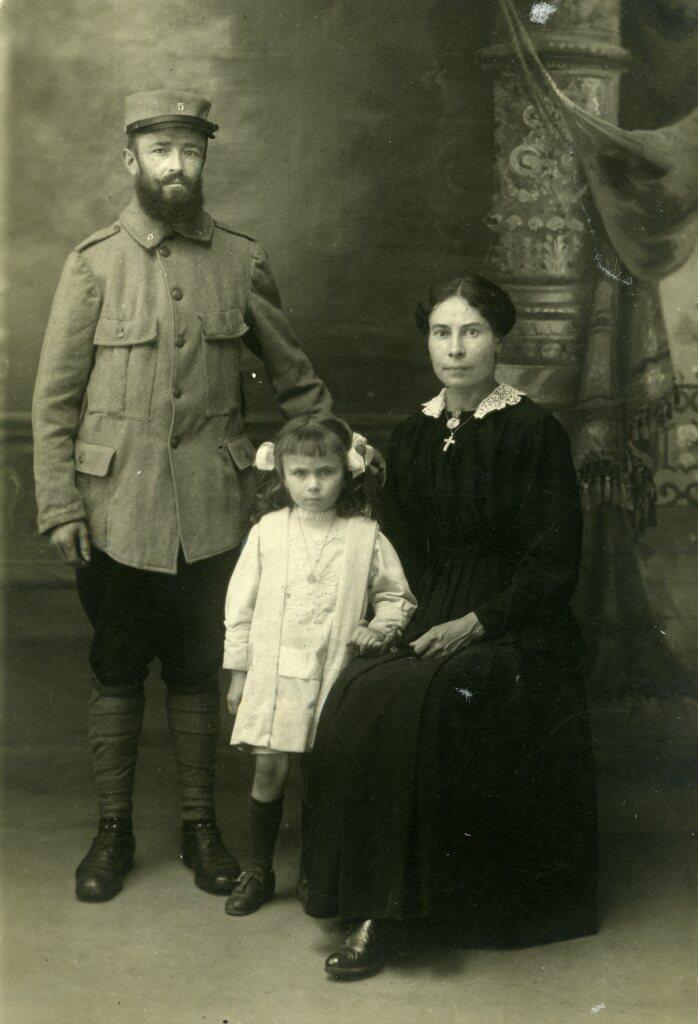 Louis (en permission) et Marielle Boisquillon avec leur fille Yvonne, ca. 1915, carte postale photographique,