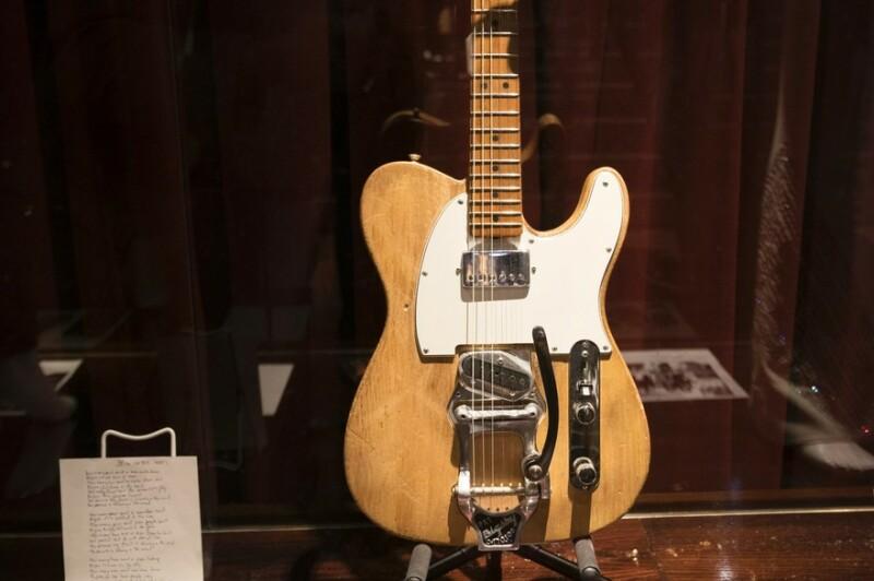 01. La guitare Fender Telecaster de 1965 ayant appartenu à Bob Dylan