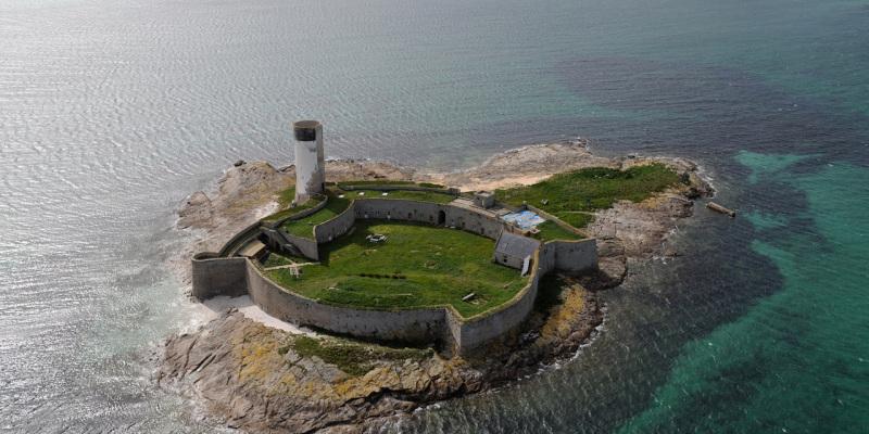 Vue aérienne datée du 25 mars 2009 de l'île Cigogne et de son fort sur l'archipel de Glénan (Morbihan).  AFP PHOTO / MARCEL MOCHET / AFP PHOTO / MARCEL MOCHET