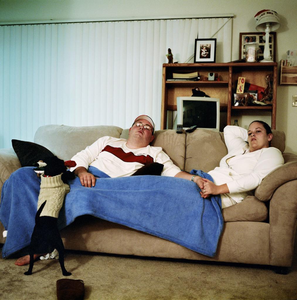Mickael et Candace Augustine (et leur chien Boston) regardant le DVD du film « Fever Pitch » de Peter et Bobby Farrelly. Anaheim, Californie, Etats-Unis 21/01/2006