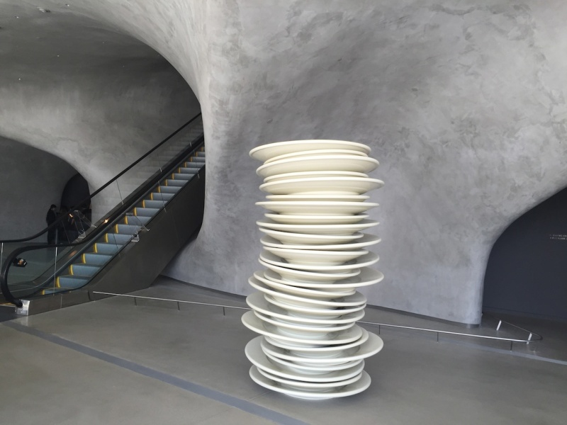 Robert Therrien - White plastc plates