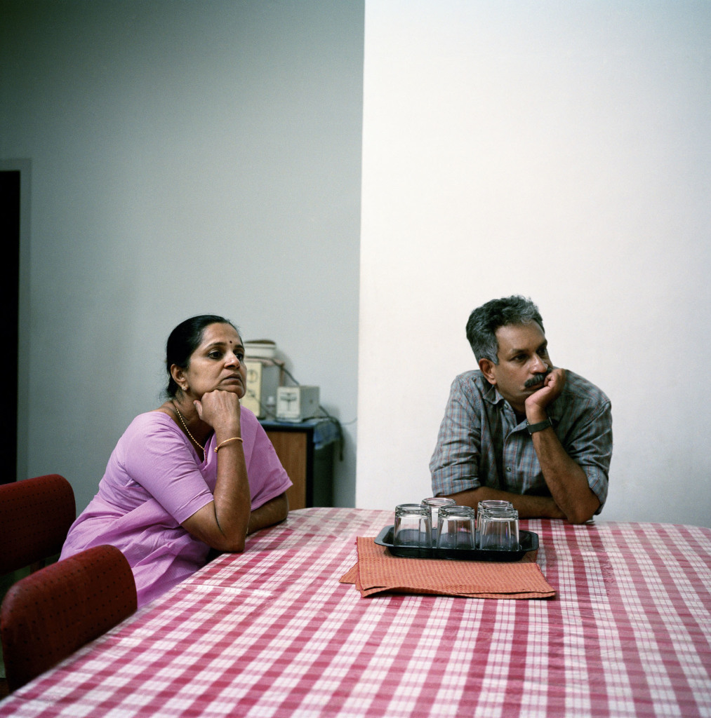 Shreedevi et son mari Venugopal Menon regardant le film Malayalam « The King » sur la chaîne Asia Net. Kerala, Ernakulam, Inde 24/03/2005