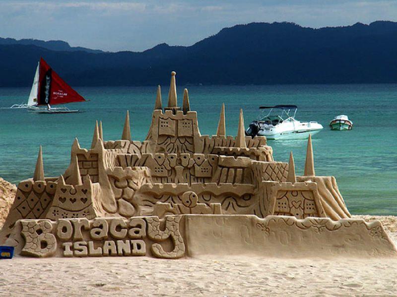Un château de sable sur une plage des Philippines