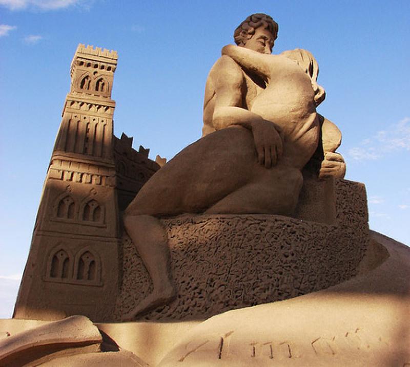 Une ode à l'amour, château de sable fait en Italie