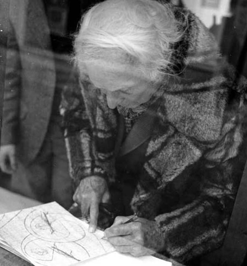 Max Ernst dans la galerie de P Chave, 1970