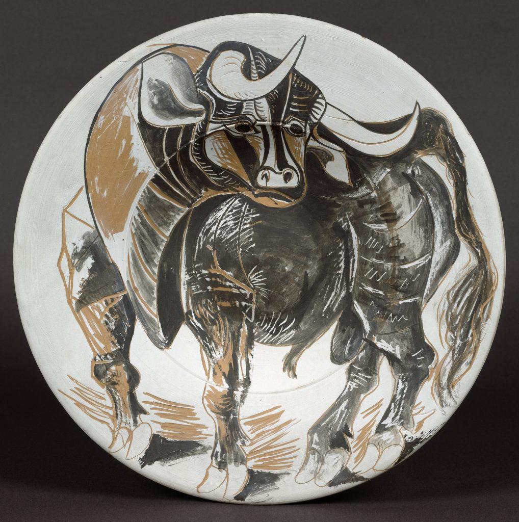 Pablo Picasso , Plat espagnol décoré d'un taureau; au dos, 3 têtes de taureaux et motifs, 30 mars 1957
