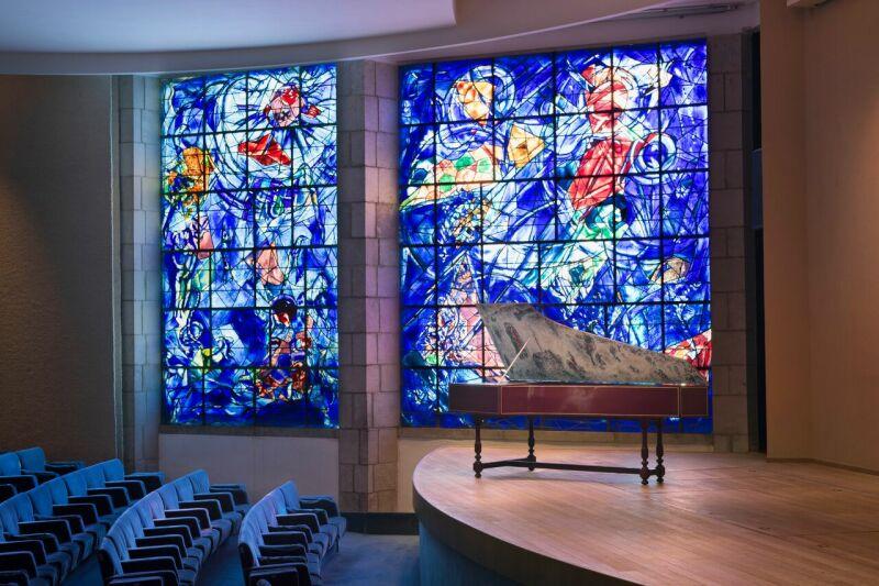 Clavecin en situation dans l'auditorium du musée, devant les vitraux Clavecin réalisé par William Richemond Dowd en 1980