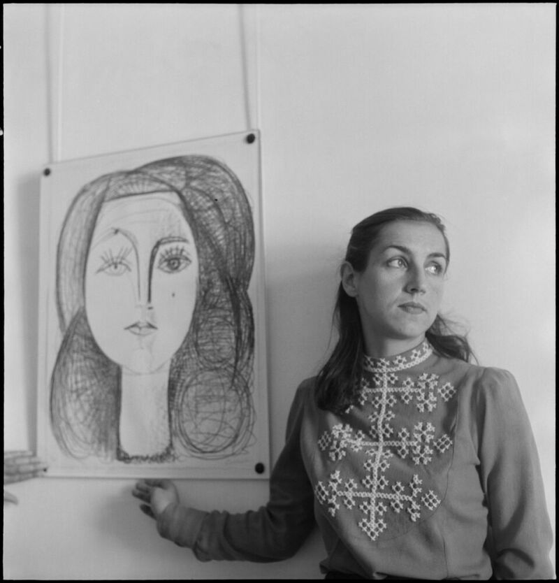 Denise Colomb Françoise Gillot à côté de son portrait par Picasso