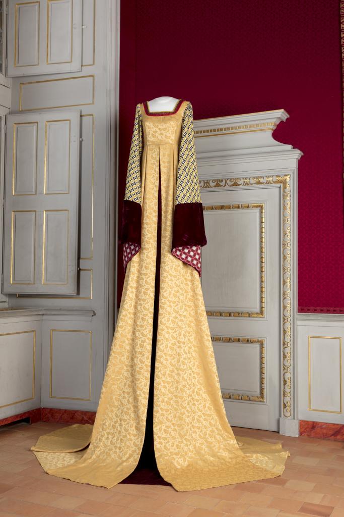 Vue de l'exposition Grandes robes royales