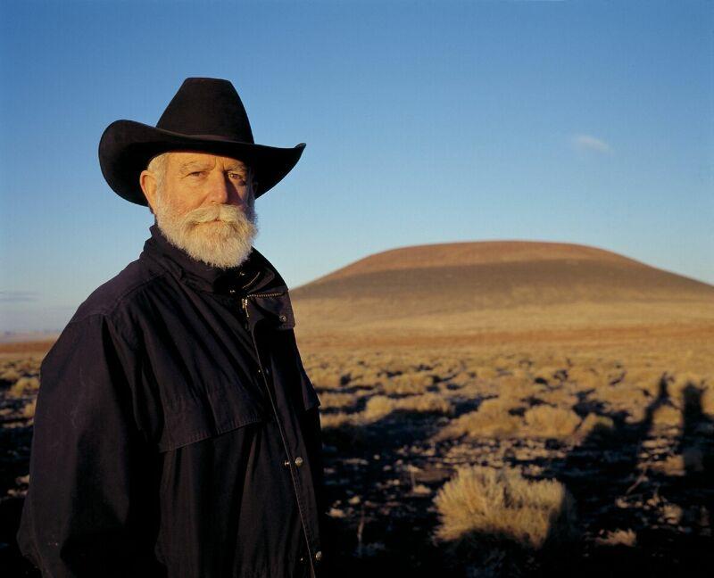 James Turrell devant le cratère de Roden au couché du soleil, October 2001