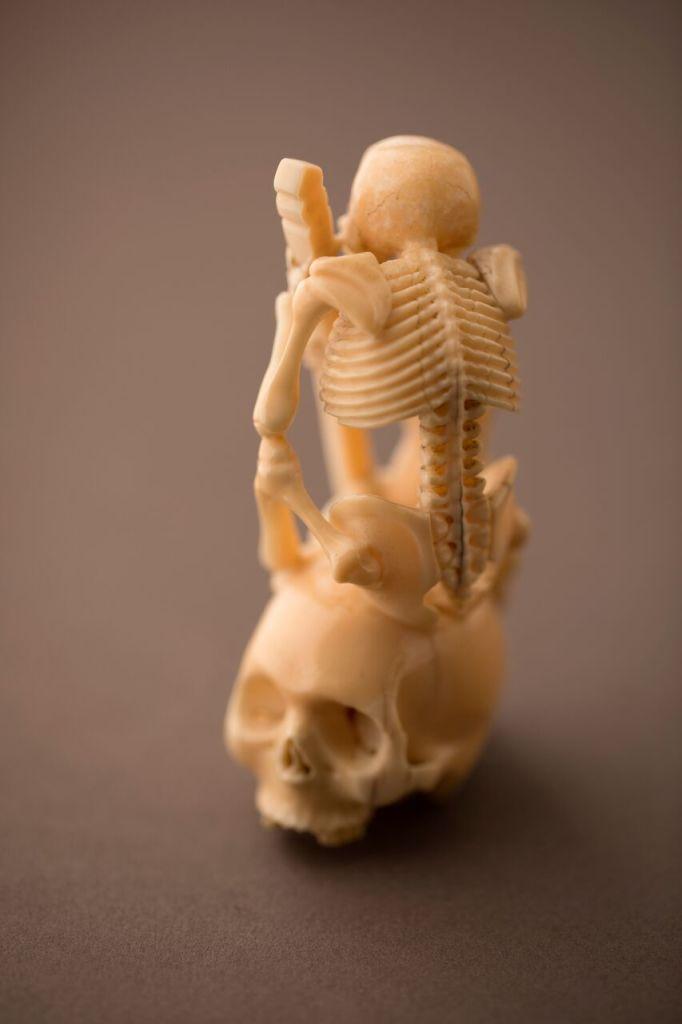 Okimono « Squelette assis sur un crâne »Japon, XIXe siècle Ivoire marin