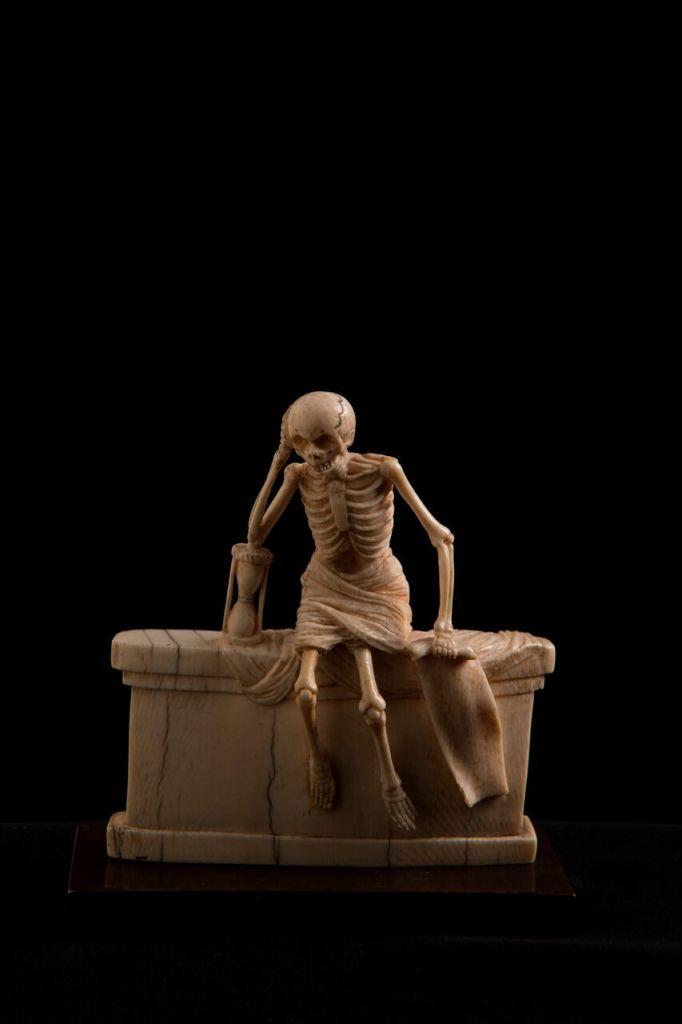 Squelette dans un linceul assis sur un tombeau France, daté 1547 © Felipe Ribon