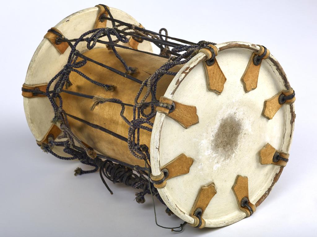 Tambour de type Kakko, tambour à hanche, otsuzumi (Japon - fin de l'époque Edo 1603-1868) dépôt du musée national des arts asiatiques - Guimet , Paris