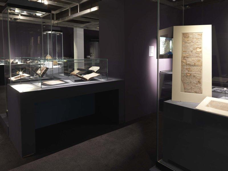 Vue de l'exposition Savants et Croyants - Musée des Antiquités, Rouen