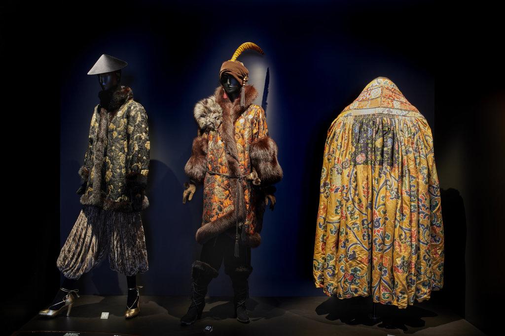 Vue de l'exposition, L'Asie rêvée d'Yves Saint Laurent_ section La Chine Impériale
