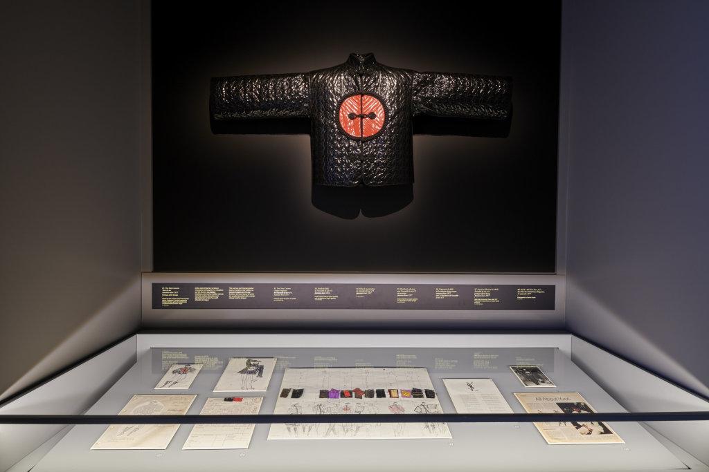 Vue de l'exposition, L''Asie rêvée d'Yves Saint Laurent_ section La collection chinoise