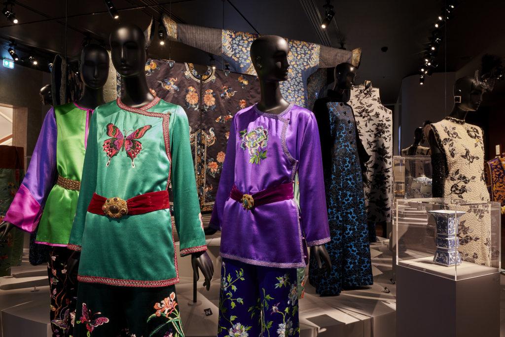 Vue de l'exposition, L''Asie rêvée d'Yves Saint Laurent_ section La Chine Florale