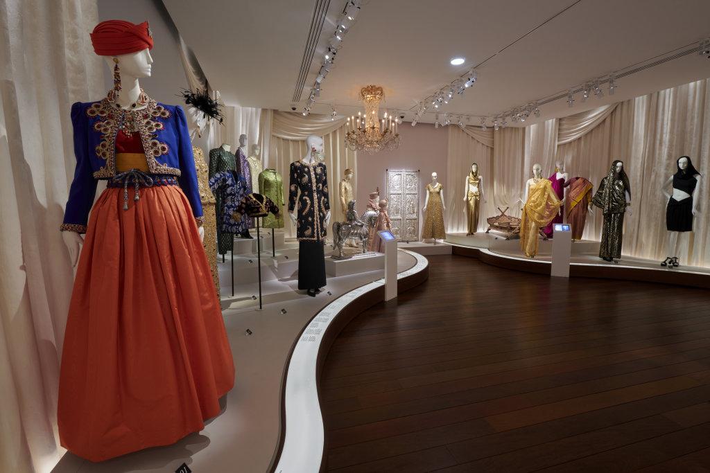 Vue de l'exposition, L'Asie rêvée d'Yves Saint Laurent_ section L'Inde