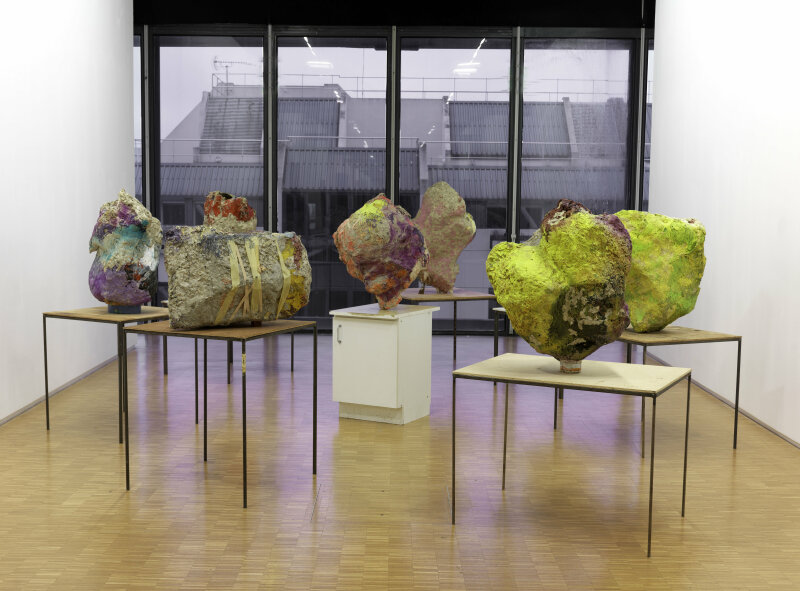 12. Franz West, Group with Cabinet Ensemble de 8 sculptures 1 - 2001