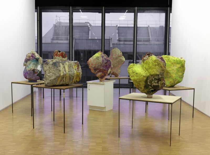 12. Franz West, Group with Cabinet Ensemble de 8 sculptures 1 - 2001