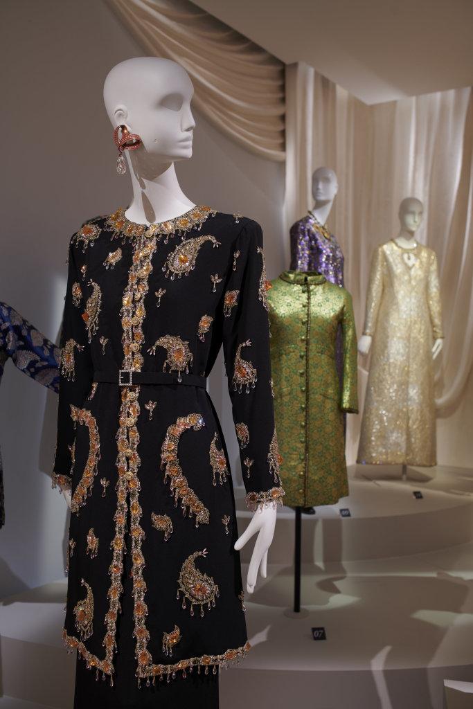 Vue de l'exposition, L''Asie rêvée d'Yves Saint Laurent_ section L'Inde