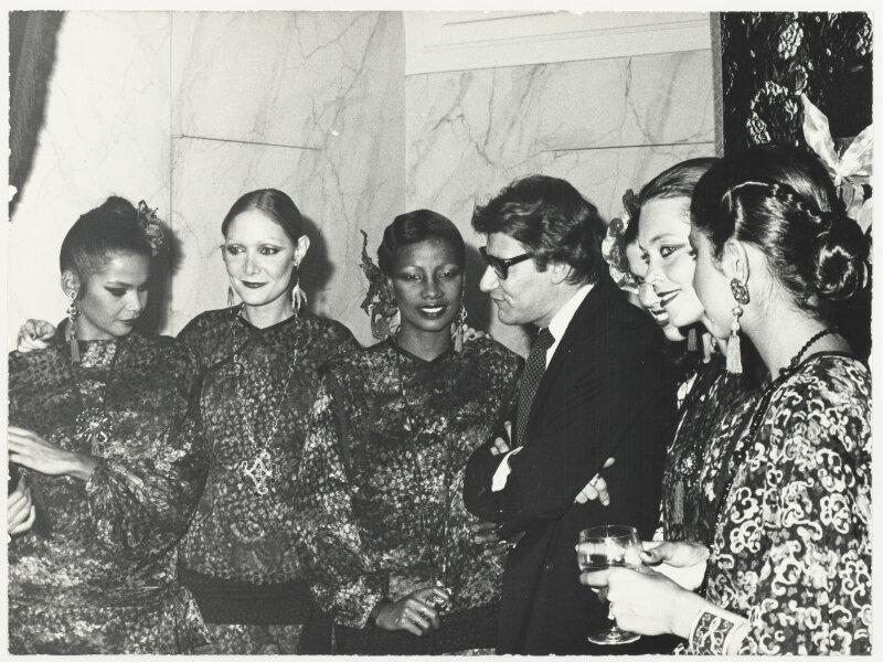 Yves Saint Laurent entouré de ses mannequins lors de la soirée du lancement français du parfum Opium, 5 avenue Marceau, Paris, 1977 © Droits réservés